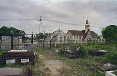 Spookverhalen uit Paramaribo, Bron: Volksverhalen Almanak. Klik om verhalen te lezen. Foto: Begraafplaats Wanicastraat met zicht op oude en nieuwe kerk - Paramaribo 1998, Bron Wikimedia