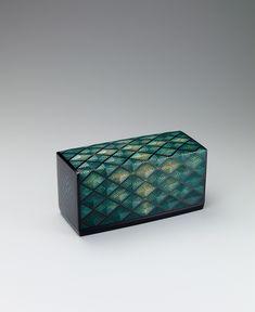 [F]表面に塗った漆の層を刀で彫り模様を表す彫漆という技法で作られた箱。深い緑と規則的な文様が美しい。