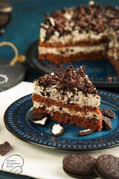 Kleiner Oreo-Cake aus der 20 cm Springform! Der Kuchen besteht aus Schokobiskuit und einer Frischkäse-Creme mit weißer Schokolade und Oreo-Krümeln. Getoppt wird die kleine Torte mit grob zerkleinerten Oreos und Zartbitter-Schokolade. Eine Sünde wert!