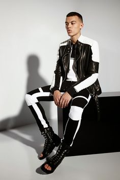See all the Collection photos from Balmain Spring/Summer 2015 Menswear now on British Vogue Leather Fashion, Mens Fashion, Fashion Tips, Fashion Design, Fashion Trends, Fashion Lookbook, Fashion Fall, Milan Fashion, Fashion Photo