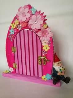 How To Decorate Fairy Doors Everyone loves fairies. and our fairy doors. Find out how others are decorating their fairy doors. Inspiration, tips and ideas. Diy Fairy Door, Fairy Garden Doors, Fairy Garden Furniture, Fairy Garden Houses, Fairy Doors, Fairies Garden, Fairy Gardens, Fairy Bedroom, Alice