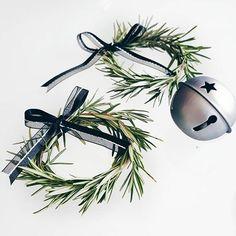 Corre que ainda dá tempo de colocar um carinho na mesa. Pega um raminho de alecrim, amarra as pontinhas com linha de costura, faz um lacinho e pronto. #diyxmas #natalmorandocomamor #diy #alecrim #decoracaonatalina #decornatal #mesanatal #natal #scandinavianchistmas #scandinaviandeccor #tokstok #pinhas #black #natalpretoebranco #dourado #talheres #mesaposta