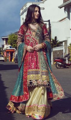 Sharara Suits You Can Wear to Any Wedding Ceremony Pakistani Mehndi Dress, Pakistani Fashion Party Wear, Pakistani Formal Dresses, Pakistani Wedding Outfits, Indian Fashion Dresses, Pakistani Dress Design, Indian Designer Outfits, Indian Outfits, Pakistani Clothing