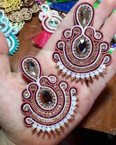 La imagen puede contener: joyas Fabric Jewelry, Boho Jewelry, Jewelry Crafts, Handmade Jewelry, Soutache Necklace, Tassel Earrings, Shibori, Printed Kurti Designs, Make Beauty