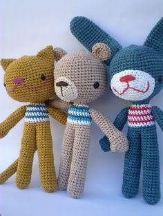 3 amigurimis, con igual cuerpo pero diferente cabeza... El gato, el ojo y el conejo.