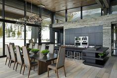 Traumküche planen - schwarze Holzfronten und Essplatz
