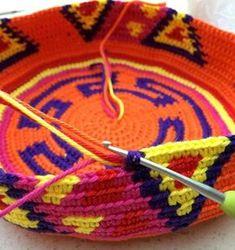 Te enseñamos paso a paso como hacer una mochila wayuu de modo sencilllo, con el arte y la funcionalidad que este accesorio representa Cute Crochet, Crochet Hooks, Crochet Stitches, Crochet Patterns, Finger Weaving, Crochet Magazine, Tapestry Crochet, Slip Stitch, Single Crochet
