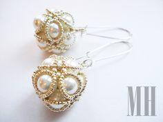 Kolczyki uszyte z białych pereł szklanych oraz drobniutkich srebrnych koralików, zawieszone na długich biglach. http://mhbizuteria.blogspot.com/2013/03/kolczyki-perowe-kule.html