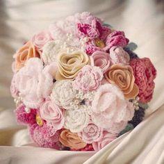 Precioso bouquet con flores de ganchillo y fieltro - Elegante y encantador bouquet tejido con flores de ganchillo. Visto en Pinterest, by etsy.com