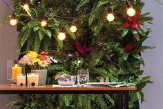 Pared verde iluminada con guirnalda de lámparas y velas. Una de nuestras diez ideas para iluminar un patio. Producción: Ale Altamira. Foto: Guillermo Giménez.