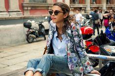How to combine flower blazer: blue shirt + jeans