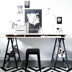 """""""Goedemorgen! Dit is de plek waar je mij vandaag kan vinden. Op de wand rechts van het bureau stond een grote, overvolle zwartbruine boekenkast van Ikea.…"""""""