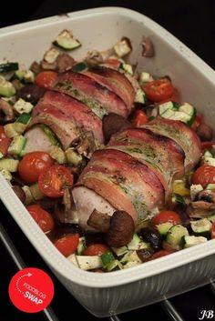 Ingrediënten voor 2 personen: - 2 kipfilets (liefst van de poelier) - 6 plakken katenspek (75 g) - 2 el groene pesto - 250 g cherry tomaatjes, doormidden - 250 g kastanje champignons, in stukjes - 1/