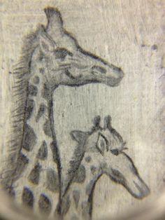 Giraffer i miniatyr sedd med förstoringsglas.