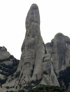 EL CAVALL BERNAT - La Aguja - (que es como se llaman a estos monolitos) - Reina de todo el serrat, con una altura de 300mts. y mas de 20 rutas de escalada.