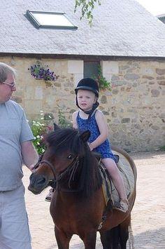 Maartjes eerste paardrijervaring in Frankrijk op de camping