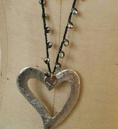 Collana lunga realizzata alluncinetto con cristalli su filo di cotone. Cuori argentati nichel free.