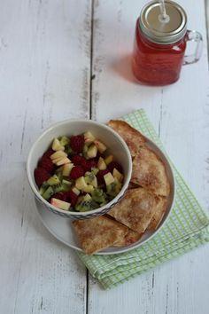 Op zoek naar een lekker, simpel en snel recept? Maak dan deze fruitsalade met zelfgemaakte kaneelchips!