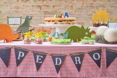 Bolo naked cake para um aniversário de dinossauros. Super combinou!