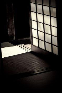 Japanese sliding door, Shoji 障子 Porta scorrevole in stile nipponico Japanese Architecture, Interior Architecture, Japanese Sliding Doors, Japanese House, Japanese Door, Japanese Style, Shoji Screen, Japanese Interior, Interior Decorating