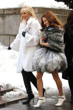Fantastico Carrie Bradshaw's 50 Best Looks of All Time Incredibile Grande Carrie Bradshaw'. Carrie Bradshaw Outfits, Carrie Bradshaw Estilo, City Outfits, Fashion Outfits, City Fashion, Outfit Vestidos, Kim Cattrall, Samantha Jones, Newspaper Dress