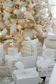 christmas 5 Christmas Gift Wrapping Tips you Will Love - Randi Garrett Design 5 Christmas Gift Wrapping Tips you Will Love - ideas to help you wrap the best Chrsitmas gifts using boxes, ribbons, ornaments and more! Elegant Christmas Trees, Silver Christmas Decorations, Classy Christmas, Gold Christmas Tree, Christmas Tree Themes, Beautiful Christmas, Christmas Diy, Christmas Wrapping, Christmas Design