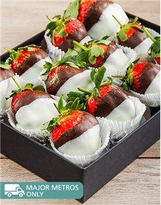 Cakes and Cupcakes - Dipped Strawberries: Dark and White Chocolate Dipped Strawberry Melody!