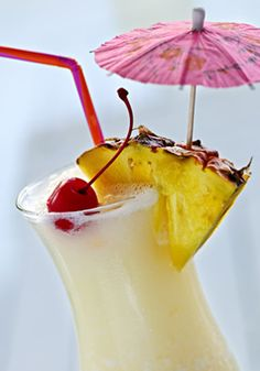 Le Virgin Pina Colada est un cocktail sans alcool qui reprend les ingrédients de base de la recette de la Pina Colada, sans le rhum pour être servi aux enfants pendant un gouter d'anniversaire par exemple