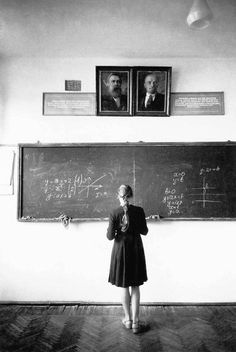 A Soviet classroom in a state school, 1966. Portraits of Friedrich Engels and Vladimir Lenin hang above the blackboard. fot: Eve Arnold via Collective History