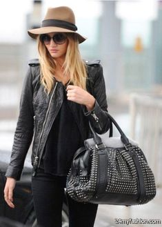 Fedora Outfit Gallery brown fedora in 2019 wool hat outfit fedora hat Fedora Outfit. Here is Fedora Outfit Gallery for you. Fedora Outfit how street style stars are wearing felt hats this winter. Style Outfits, Outfits With Hats, Wool Hat Outfit, Black Fedora Outfit, Capsule Wardrobe, Fedora Hat Women, Fedora Hats, Outfits Damen, Winter Hats For Women