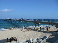 Badalona, España: Pont del Petroli o (pantalan) visto desde la costa