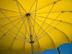 Jeśli posiadamy duży, przestronny ogród, koniecznie powinniśmy zastanowić się nad jego odpowiednim urządzeniem, aby zapewnić sobie komfortowy wypoczynek. Warto zdecydować się na parasol ogrodowy, dzięki któremu będziemy mogli relaksować się w cieniu. Jaki parasol ogrodowy jest najlepszym rozwiązaniem? Aby znaleźć odpowiedź na to pytanie należy przede wszystkim zastanowić się, jaki ...