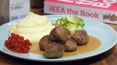 Köttbullar med mos og lingon - Få opskriften her Adam Price, Sausage, Potatoes, Healthy Recipes, Healthy Food, Beef, Dessert, Ethnic Recipes, Families