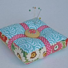 pin cushion to make.  free pattern @ http://yougogirl.typepad.com/you_go_girl/2008/10/pincushion-party.html