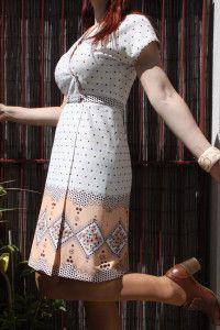 Une robe blanche années 1960 avec talons années 1950