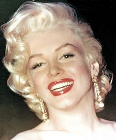 Marilyn Monroe was an American actress, model, and singer, who became a major sex symbol, starring in a number of commercially successful motion. Marylin Monroe, Fotos Marilyn Monroe, Estilo Marilyn Monroe, Joe Dimaggio, Jayne Mansfield, Jane Russell, Mamie Van Doren, Howard Hughes, Sheila