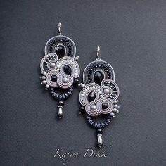 Элегантные и очень стильные серьги НЕЗНАКОМКА уже отбыли к заказчице-очаровательной Елене @artemlena69 . Благодарю за такой заказ, было интересно как будут смотреться эти серьги в серо-черной гамме! #katyadikk #soutachejewelry #earrings #fashion #сутажныесерьги #украшенияназаказ #стильныесерьги #сутажнаявышивка Soutache Earrings, Ribbon Embroidery, Belly Button Rings, Jewels, Instagram Posts, Handmade, Accessories, Gemstones, Craft