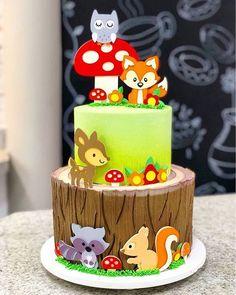 Esse bolo no tema Bosque ficou um arraso! Credito: @confeitarialadinda #Festainfantil #CustomCake #BoloPersonalizado #BoloBosque #FestaBosuqe #Bosque