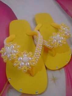 @barbara_2315 Shoe Crafts, Fun Crafts, Diy And Crafts, Flip Flop Craft, Crochet Bedspread Pattern, Bridal Flip Flops, Girls Dresses Sewing, Decorating Flip Flops, Boot Jewelry
