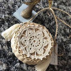 Olha aí a bolsa da com a mandala que postei ontem! 😍 Look here purse with the mandala that I posted yesterday! Red Design, Crochet Handbags, Bag Making, Straw Bag, Purses And Bags, Crochet Patterns, Diy Crafts, Knitting, Cute