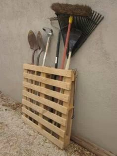 Reuse a pallet to store your garden tools