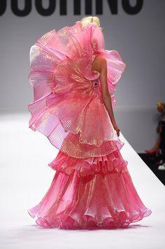モスキーノ2015SS コレクション Gallery100 Weird Fashion, Fashion Art, Runway Fashion, High Fashion, Fashion Show, Womens Fashion, Fashion Design, Moschino, Haute Couture Fashion