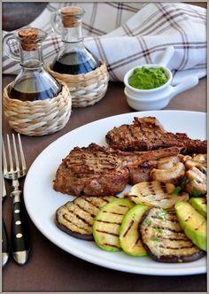 Говядина-гриль на косточке с овощами и зелёным соусом