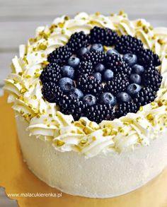 Tort z kremem jogurtowym i borówkami, jeżynami