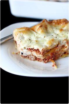 Ces lasagnes apportent toute la promesse des saveurs méditerranéennes grâce à la crème ricotta aux olives et origan, à une sauce tomate au thon et à la moz
