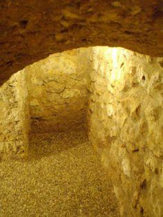 Detalle del arco de piedra en entrada a bodega en vivienda. Fontioso. Burgos. Arlanza.