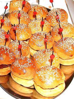 Mini burger, la formule idéale pour un apéritif dinatoire :D Hamburger, Bread, Mini, Food, Meal, Essen, Hamburgers, Breads, Buns