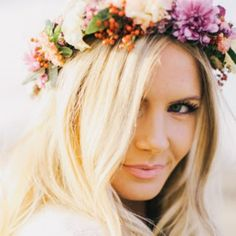 11 Delightful Ways to Wear Flowers in Your Hair for a Wedding