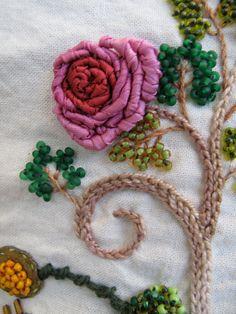 Rosa en seda. Detalle. Bordada a mano por Carolina Gana. Taller de Bordado Rococó - Santiago - Chile.