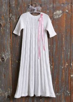 Strikket dåbskjole, som kan gå i arv. Baby Barn, Short Sleeve Dresses, Dresses With Sleeves, Alter, Baby Knitting, Kids Outfits, Clothes, Babyshower, Children